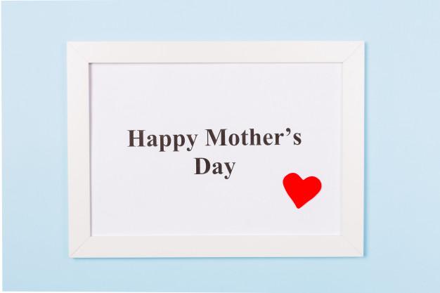 cadre-photo-blanc-texte-happy-mother-s-day-coeur-rouge-fond-bleu-clair-concept-fete-meres-heureux_97255-372